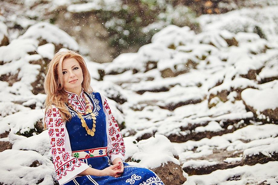 Сияна - създател на Сияйна Светлина с шопска носия